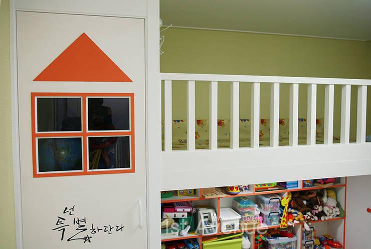 시크모던 컨셉으로 꾸며진 모노톤 인테리어 : 퍼스트애비뉴의  아이방