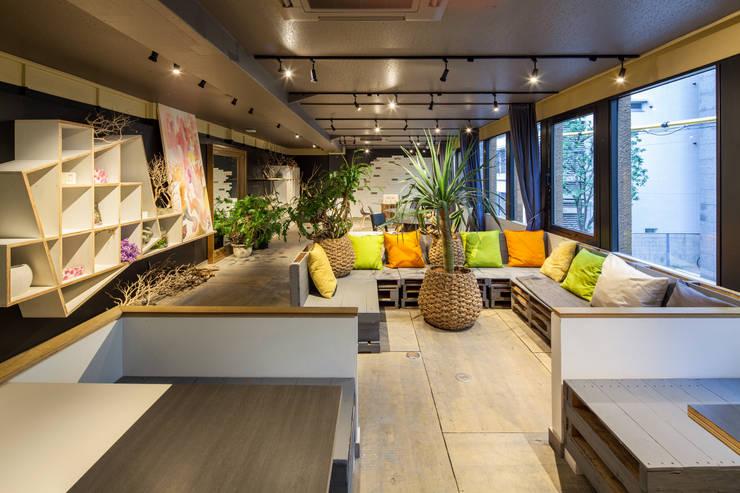 Salones de eventos de estilo ecléctico de INTERIOR BOOKWORM CAFE Ecléctico Contrachapado