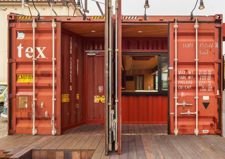 Salas de eventos de estilo  por INTERIOR BOOKWORM CAFE