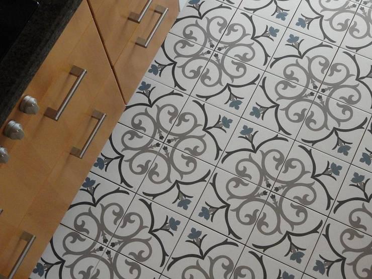NEOCIM Décor Branche Mer: Parede e piso  por Kerion Ceramics