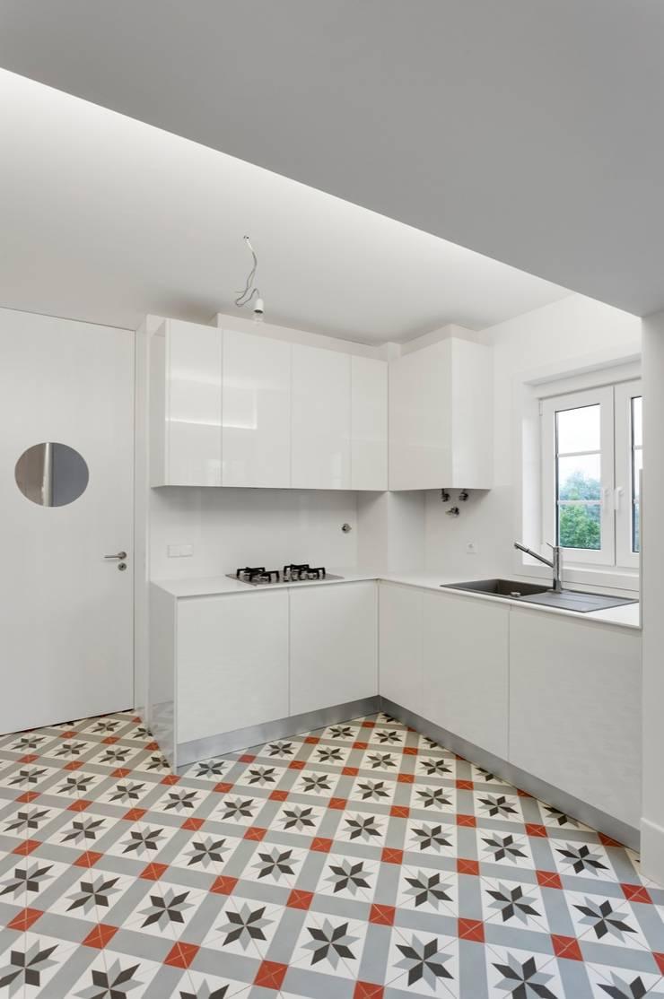 NEOCIM Décor Optique Framboise: Parede e piso  por Kerion Ceramics