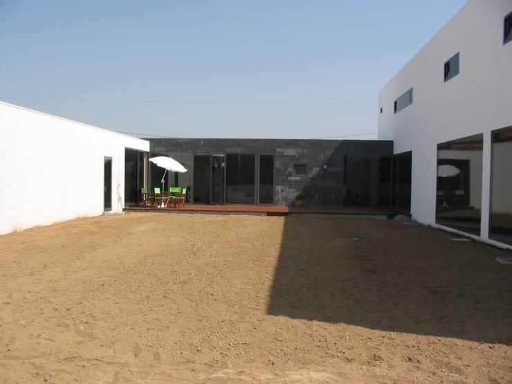 Casa da Ria: Casas  por Vasco Rodrigues, arquitecto