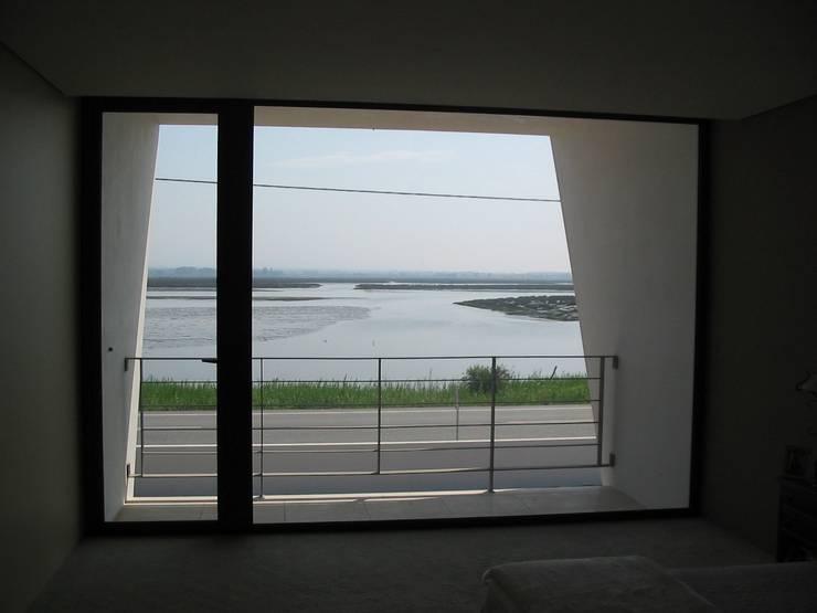 Casa da Ria: Quartos  por Vasco Rodrigues, arquitecto