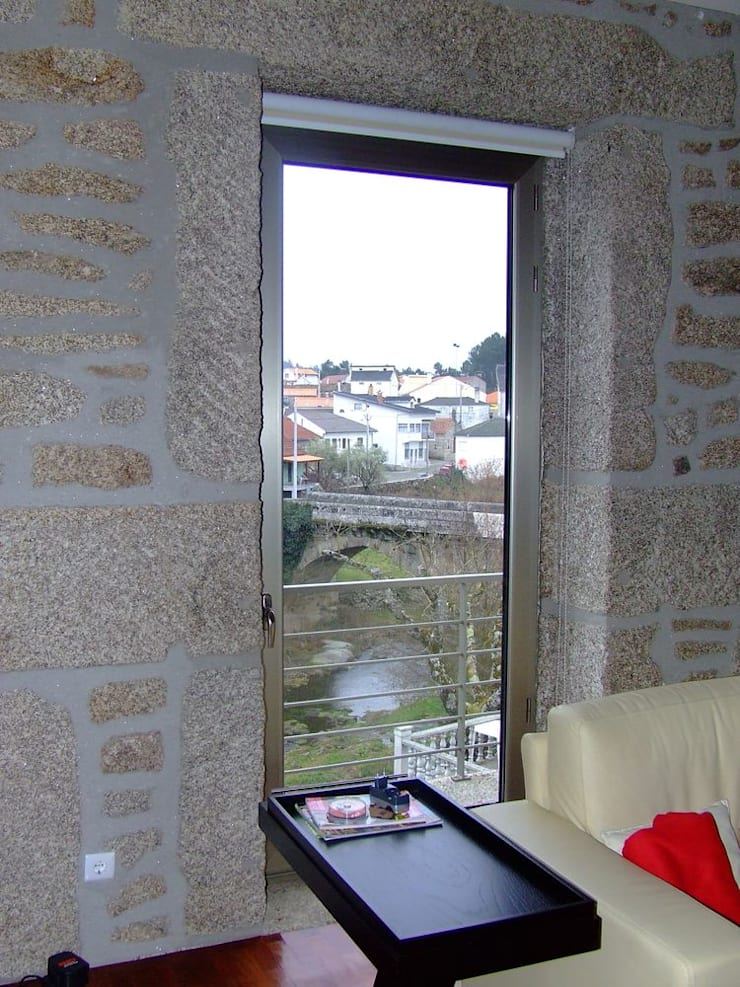 Reabilitação em Ponte do Abade: Salas de estar  por Vasco Rodrigues, arquitecto