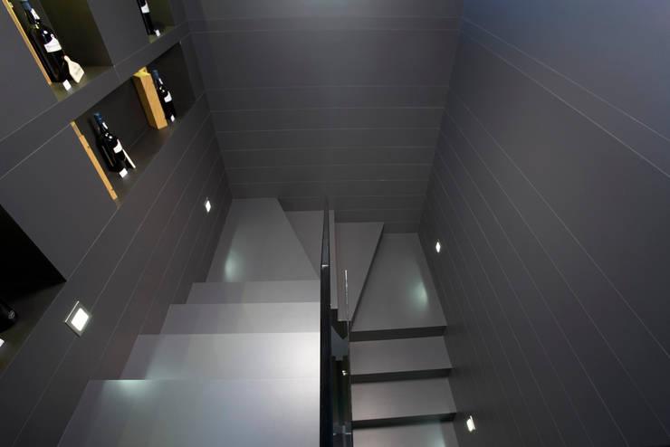 FLAT Plain A99: Corredores e halls de entrada  por Kerion Ceramics
