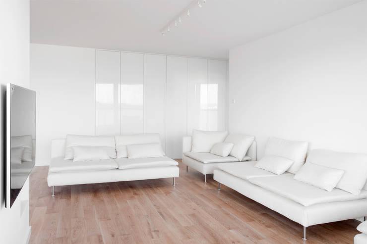 Biały salon: styl , w kategorii Salon zaprojektowany przez Niuans