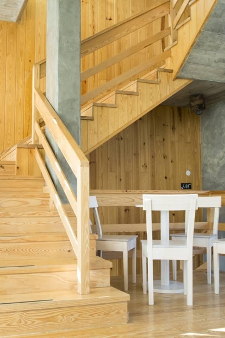 """Restaurante """"Bairro ao Rio"""" em Castelo de Bode: Espaços de restauração  por Modo Arquitectos Associados"""