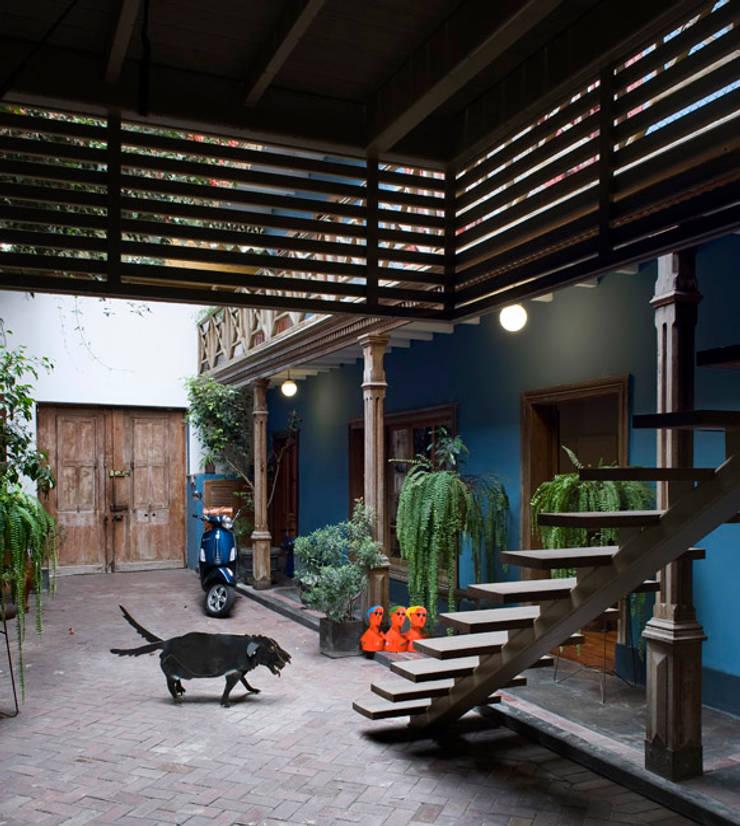 Casa Azul: Pasillos y vestíbulos de estilo  por Marina Vella Arquitectura,