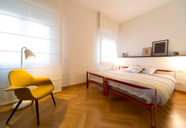La Dolce Vita: Camera da letto in stile  di Interior Relooking