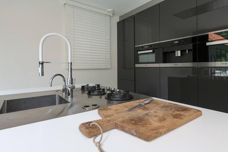Küche von B-TOO, Minimalistisch