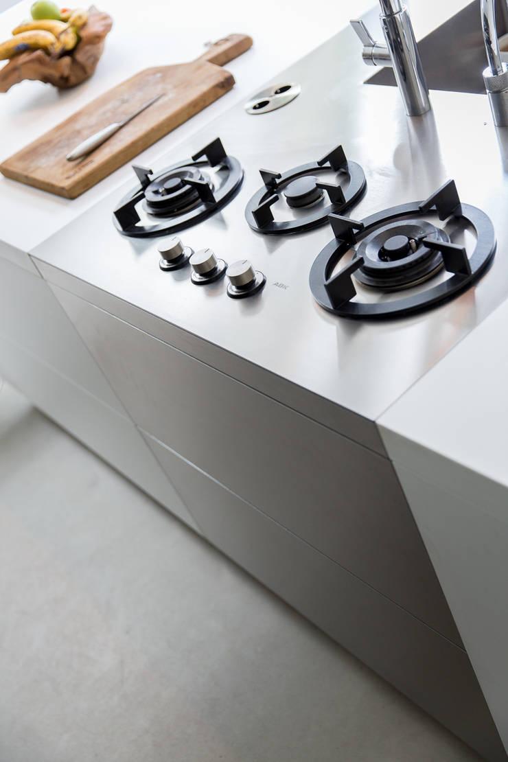 Kitchen by B-TOO, Minimalist