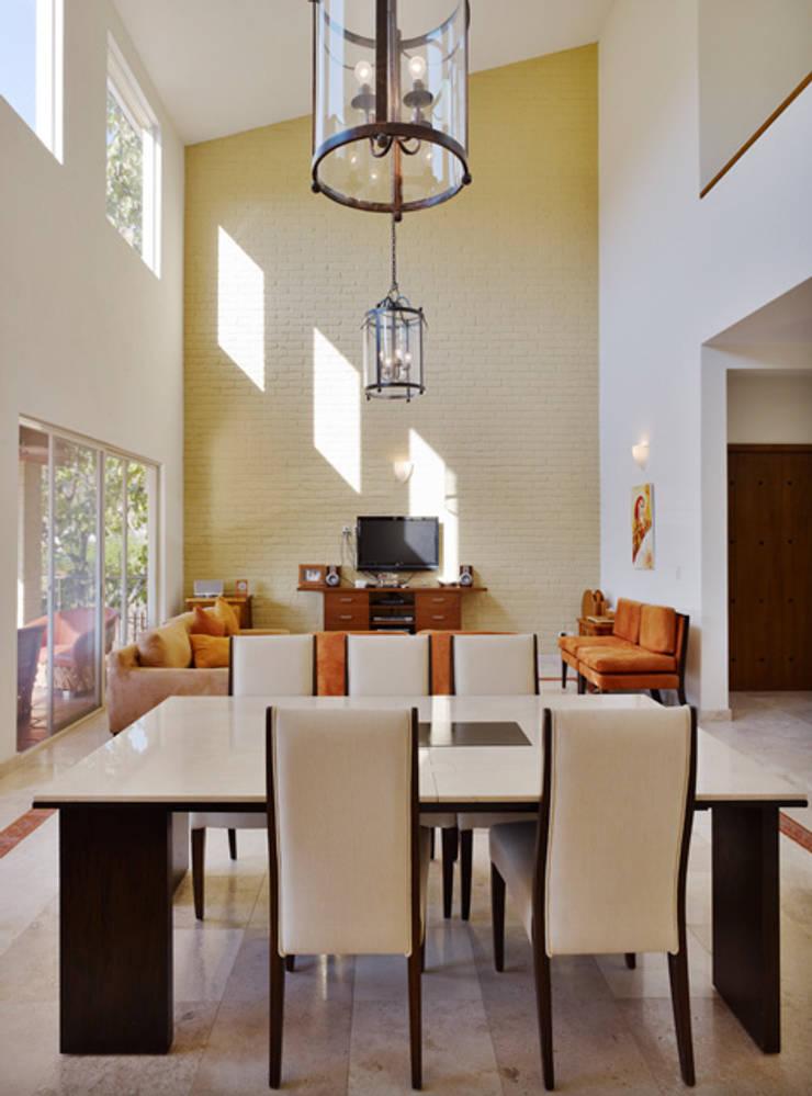el comedor: Comedores de estilo  por Excelencia en Diseño