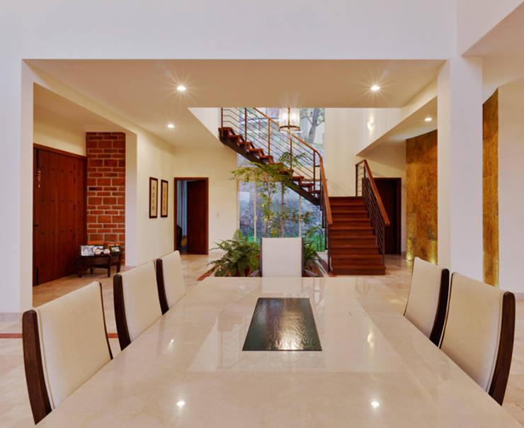 escalera y pasillo: Pasillos y recibidores de estilo  por Excelencia en Diseño