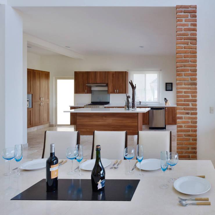 la cocina, comedor: Cocinas de estilo  por Excelencia en Diseño