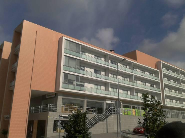 Loteamento de edifícios multifamiliares T2, T3, T4 - Vila Real - Portugal: Casas  por SILFI - ARQUITETURA, ENGENHARIA E CONSTRUÇÃO