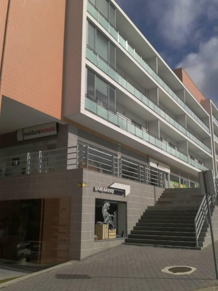 Loteamento de edifícios multifamiliares T2, T3, T4 – Vila Real – Portugal: Casas  por SILFI - ARQUITETURA, ENGENHARIA E CONSTRUÇÃO