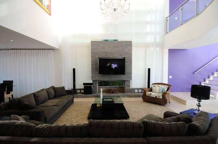 Projeto Arquitetura de Interiores Residencial Litoral: Salas de estar minimalistas por Marcelo John Arquitetura e Interiores