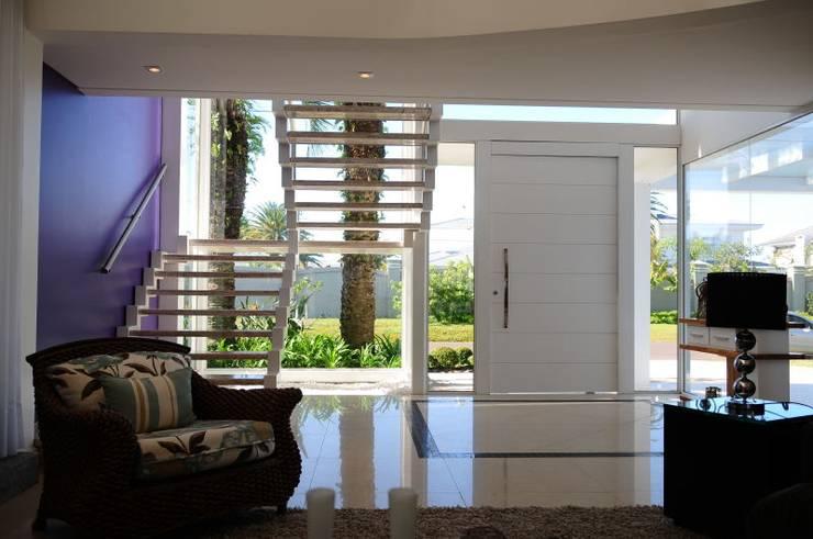 Projeto Arquitetura de Interiores Residencial Litoral: Corredores e halls de entrada  por Marcelo John Arquitetura e Interiores