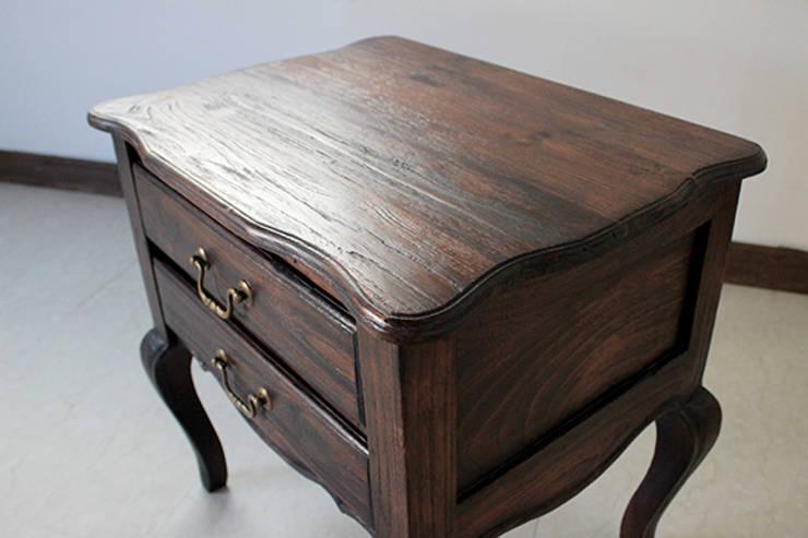Chest 【Teak antique wash blown】: najamが手掛けたリビングルームです。