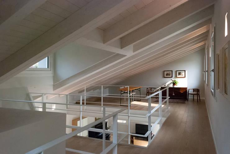 Pasillos y recibidores de estilo  por Marlegno