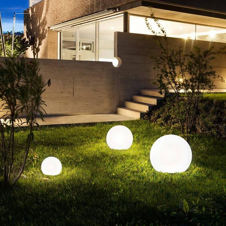 Bolla / Garten Aussenkugel Ø 45 cm / weiss: moderner Garten von Licht-Design Skapetze GmbH & Co. KG