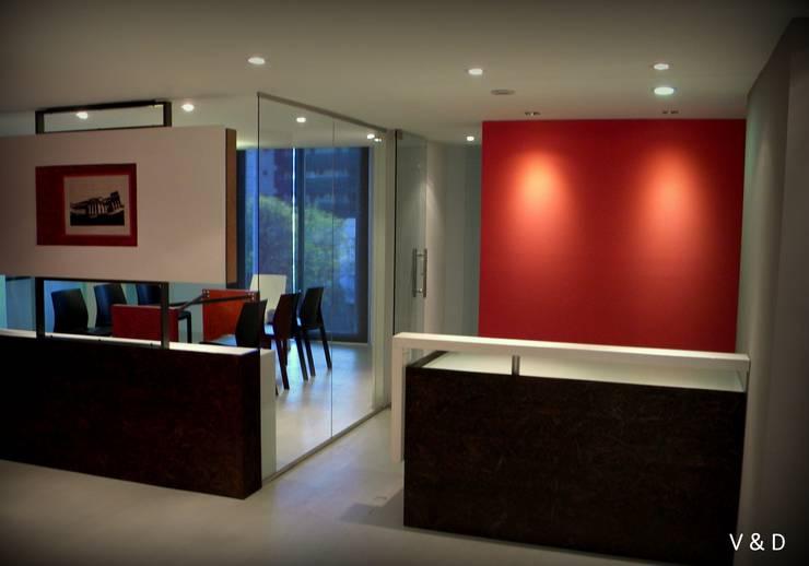 RECEPCIÓN: Oficinas y Tiendas de estilo  por VETA & DISEÑO,