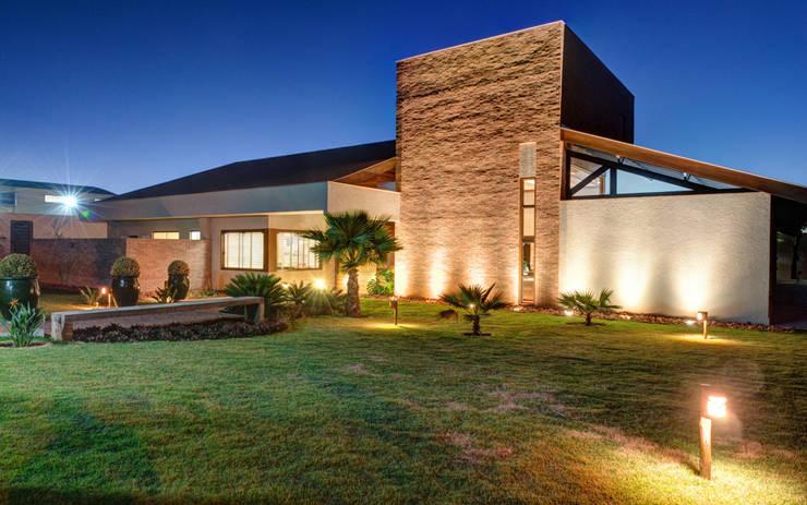 Projekty, nowoczesne Domy zaprojektowane przez BRAVIM ◘ RICCI ARQUITETURA