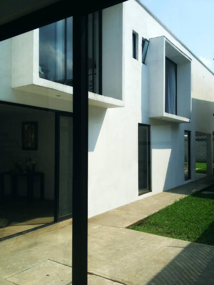 Patio Central. CASA C+M: Casas de estilo  por Molcajete Arquitectura Interiores Diseño
