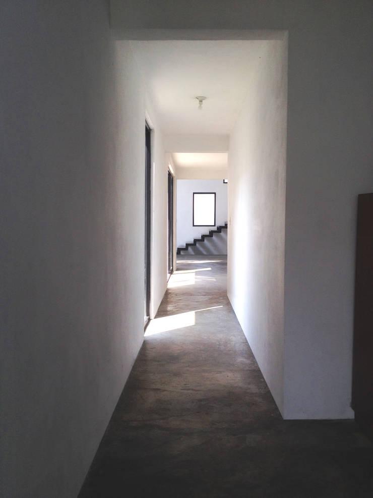 Conexiones. CASA C+M: Pasillos y recibidores de estilo  por Molcajete Arquitectura Interiores Diseño