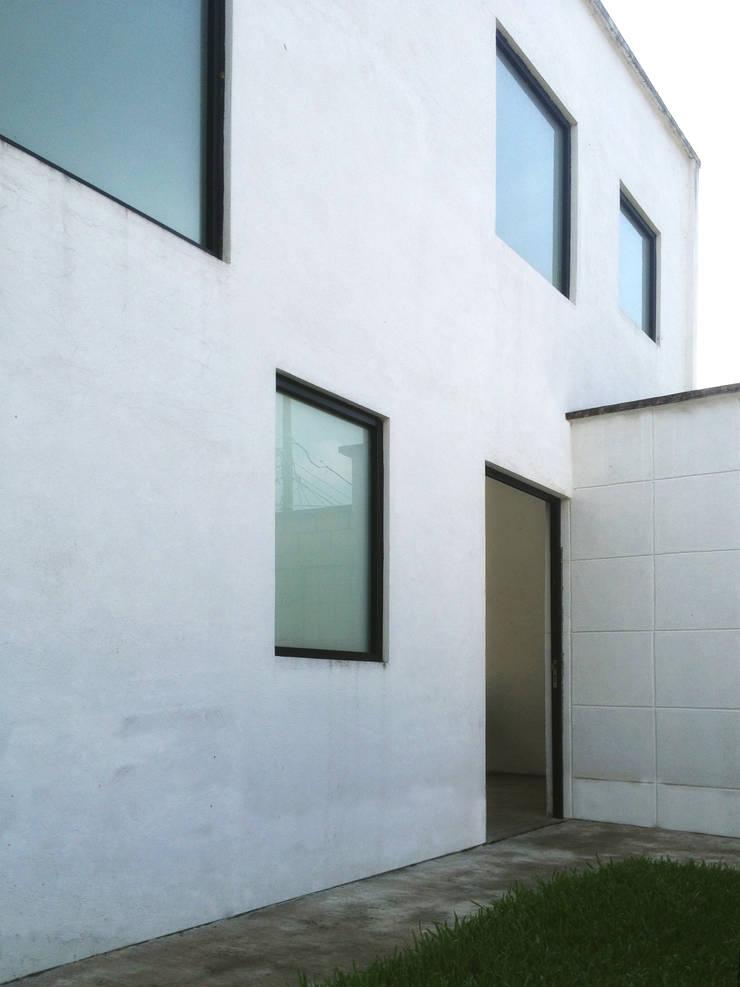 Fachada Principal. CASA C+M: Casas de estilo  por Molcajete Arquitectura Interiores Diseño