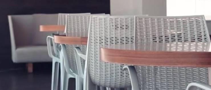 Sillas y mesas de café: Balcones y terrazas de estilo  por DSeAl Muebles.
