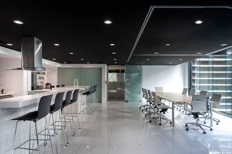 Electrolux . Corporativo + ShowRoom en CDMX: Estudios y oficinas de estilo  por Bahía de Conceptos