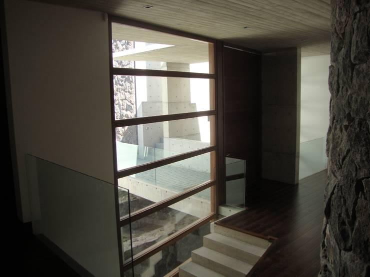 HALL ACCESO: Casas de estilo  por Hernan Arriagada / Arq