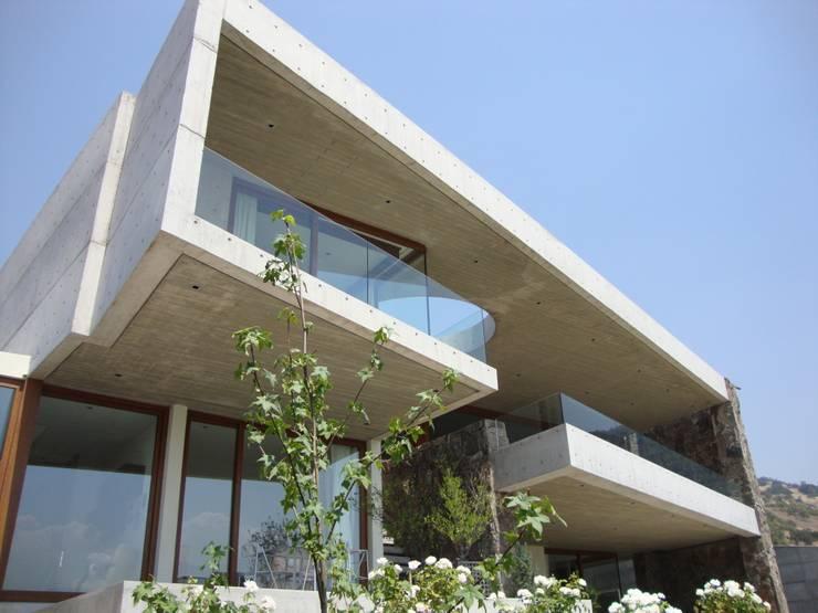 FACHADA: Casas de estilo  por Hernan Arriagada / Arq