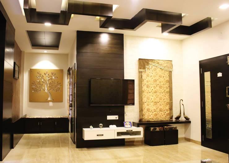 Duplex in Indore:  Living room by Shadab Anwari & Associates.