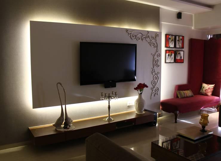 Prabhadevi :  Living room by Elevate Lifestyles