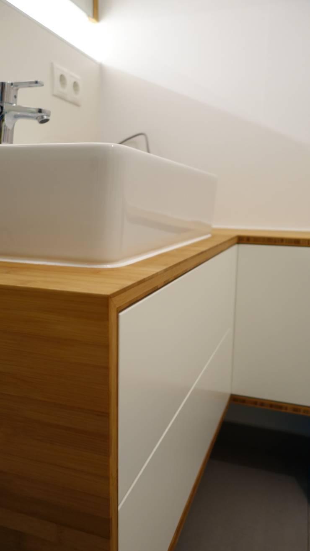 Waschtisch In Bambus/ Weis Matt Lackiert über Eck.: Moderne Badezimmer Von  Creativ