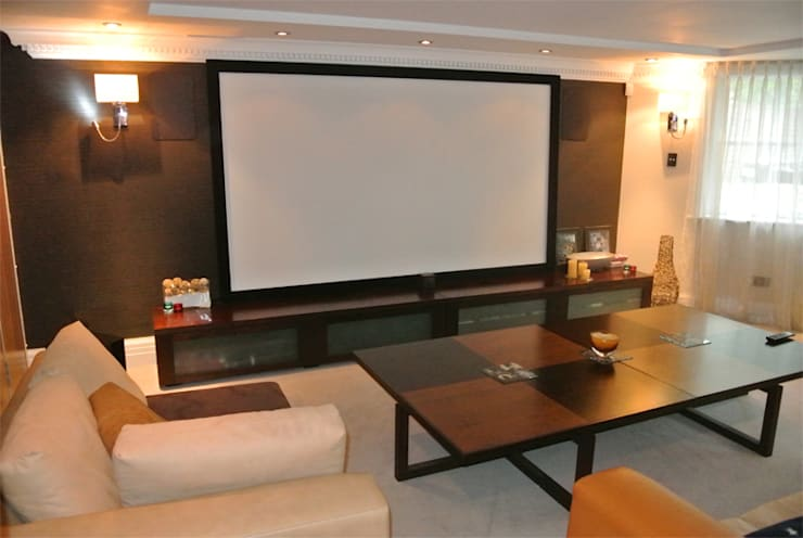 Cinema room:  Media room by Rethink Interiors Ltd