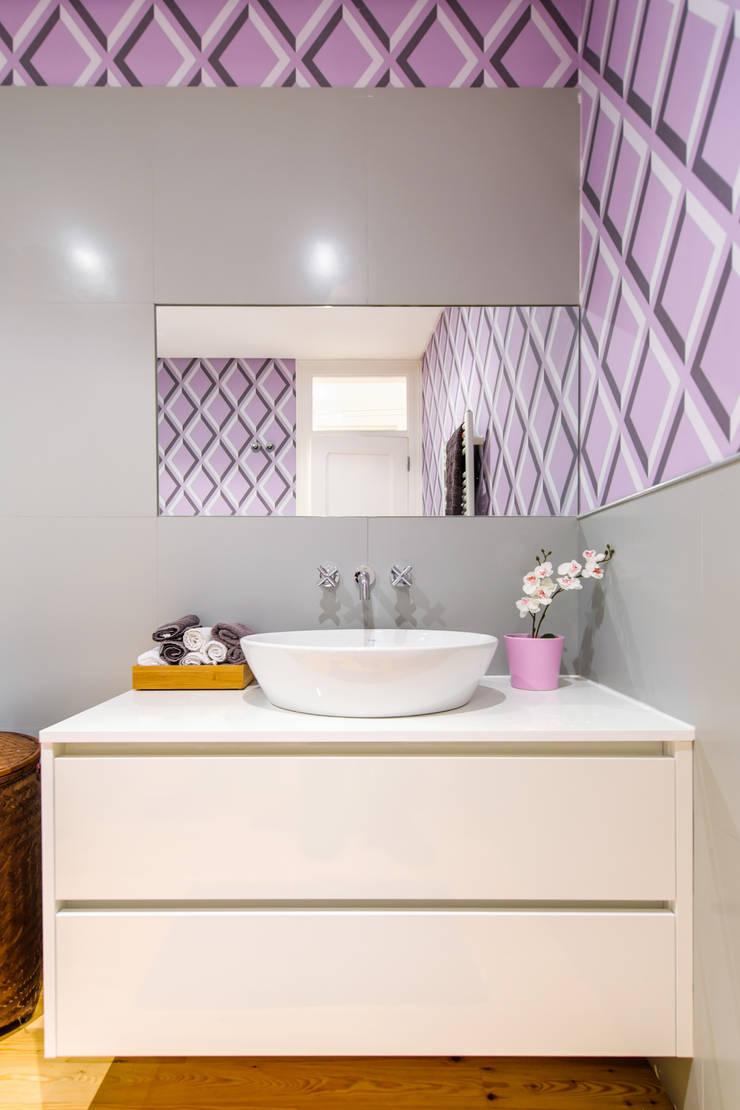 Apartamento Graça: Casas de banho  por Espaço Mínimo