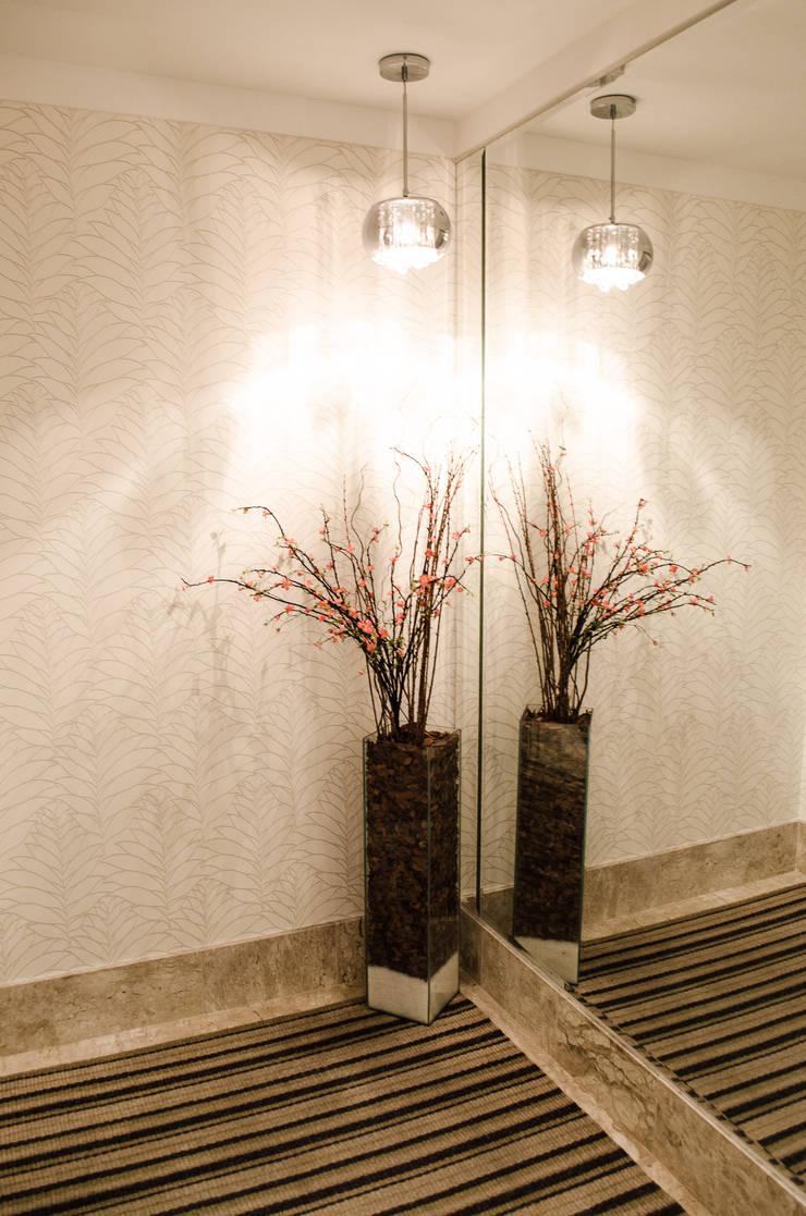 Apartamento Familiar: Corredores e halls de entrada  por Inspirate Arquitetura e Interiores,Moderno