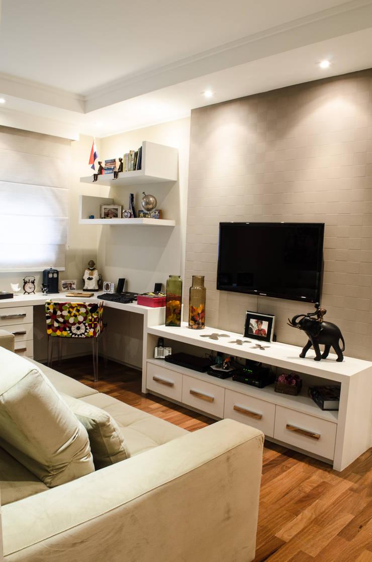 Apartamento Familiar: Salas multimídia  por Inspirate Arquitetura e Interiores,Moderno
