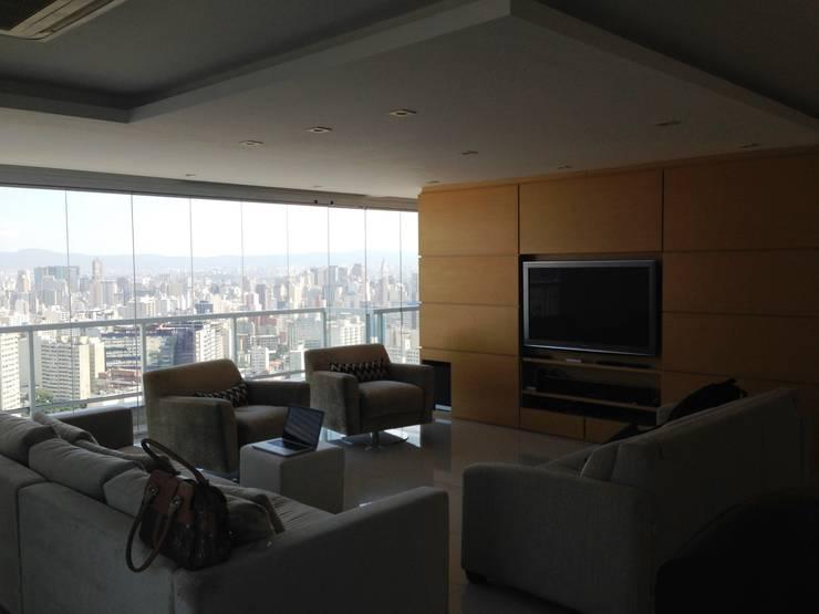 Living - Antes:   por MR18 Arquitetura | Interiores