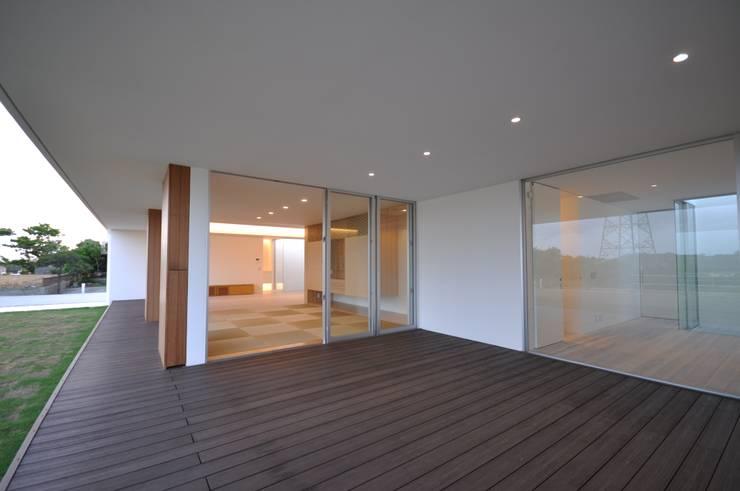 NKZT-house: 門一級建築士事務所が手掛けたテラス・ベランダです。