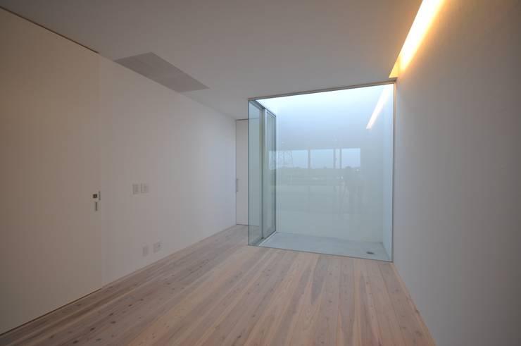 NKZT-house: 門一級建築士事務所が手掛けた寝室です。