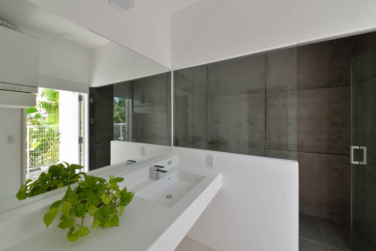 Baños de estilo moderno por 門一級建築士事務所