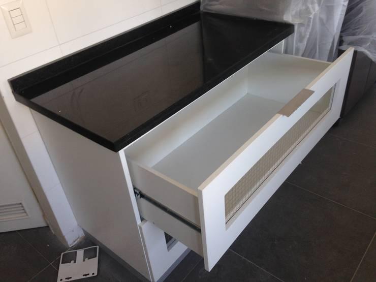 Cocina color blanco : Cocina de estilo  por N.Muebles Diseños Limitada