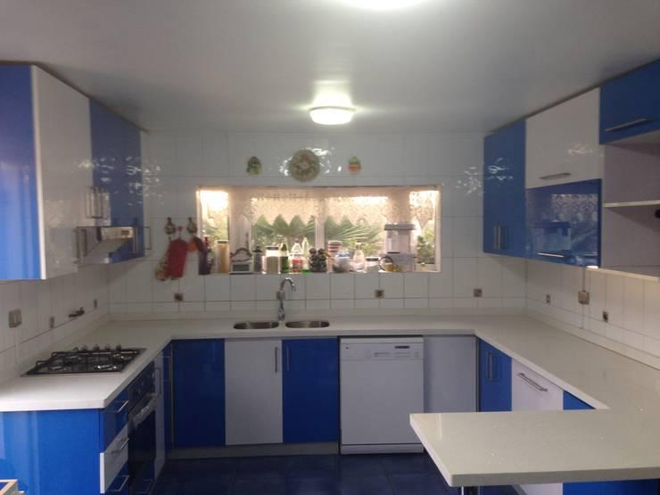 Cocina color (azul, blanco brillante) von N.Muebles Diseños ...