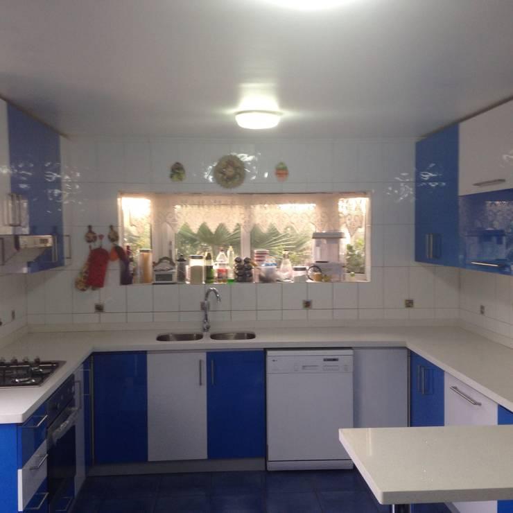 Cocina color (azul, blanco brillante): Cocina de estilo  por N.Muebles Diseños Limitada