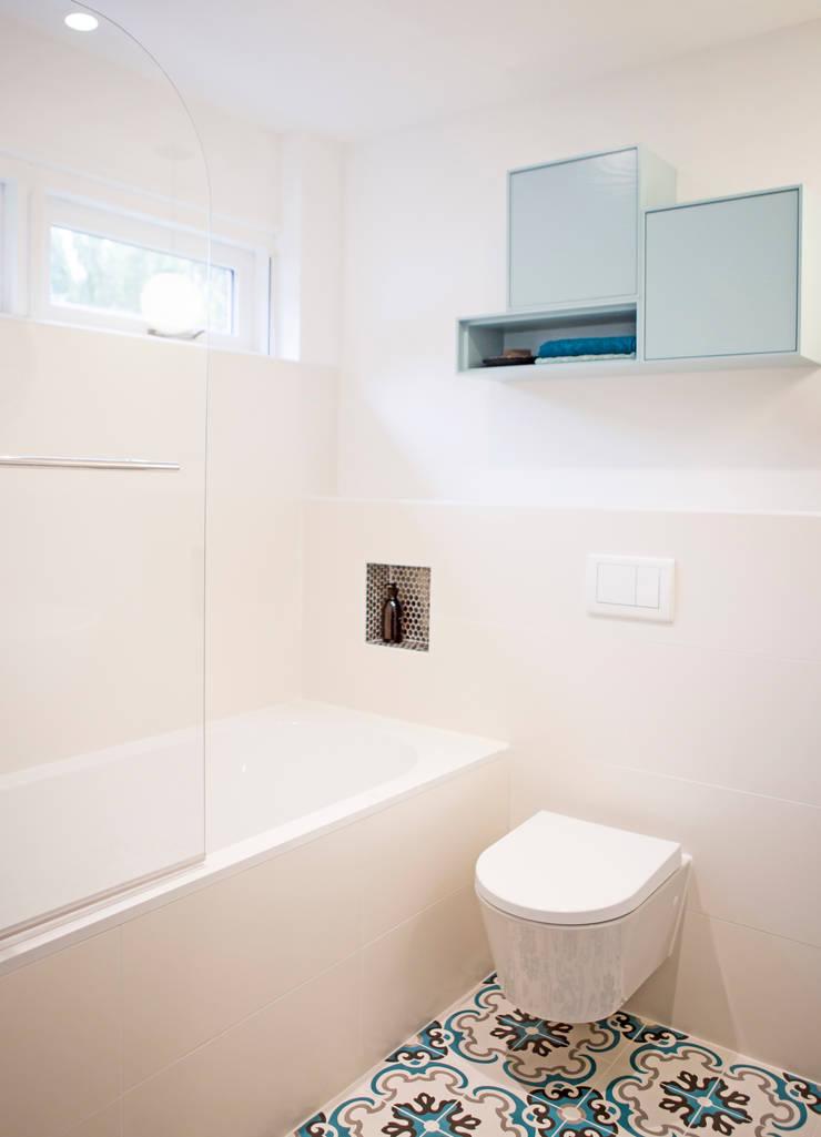 badkamer met zacht blauw:  Badkamer door IJzersterk interieurontwerp, Modern