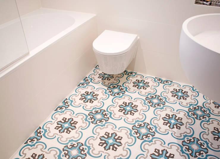 badkamer met zacht blauwe cementtegles:  Badkamer door IJzersterk interieurontwerp, Modern